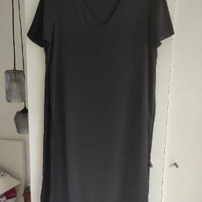 Bluse/kjole, v-udskærning, kort ærmer, længden er 110 cm. Der er slids i begge sider af blusen, de er 69 cm.  Er blevet brugt 2 gange
