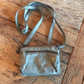 Lille fin musegrå taske/pung fra Depeche. Brugt, men uden skader/slid. Lækkert blødt skind.