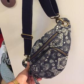"""Fin retro bæltetaske. Købt i Berlin. Er aldrig brugt. Det er blot meningen at tasken skal se lidt """"slidt"""" ud. Fungerer som en helt normal bæltetaske og er også helt almindelig i størrelsen."""
