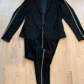 Sort blazer str L med guldstriber på ærmet Sorte bukser str 42 med stribe ned langs siden Ved salg stk vis Bukser 175 Blazer 275