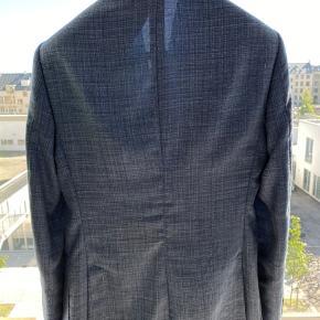 Ekstrem flot blazerjakke i højeste kvalitet, fra det Italienske modehus Cerutti.  Jakken er lavet i de fineste materialer herunder; 68% jomfru uld, 20% silke og 12% linen.  Blazeren er størrelse 46.  Nyprisen var 3800 kr.