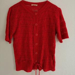 Vintage Rød hæklet / strikket tshirt med blonde effekt. Den har snøre i livet og knapper