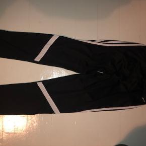 Adidas bukser str. 164. Kan bruges til drenge og piger