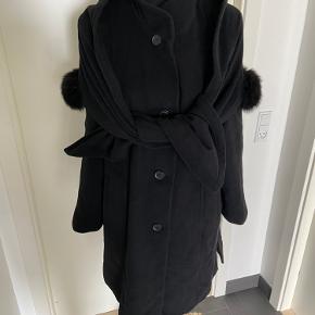 🖤 Sort jakke i uld og cashmere fra Lebek str 40. Med tilhørende sjal der kan knappes af og på og med ægte pels 🖤  Med lommer og indvendig lomme i inderforet. Brugt få gange - er som ny.  Nypris 1500kr Pris 400