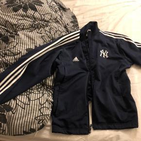 Adidas x NY str L Pris på 500kr, perfekt stand. Kan self forhandles En jakke du ikke kommer til at se igen.  Kan meetup i Aarhus, eller sendes
