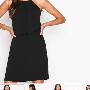 """Flotteste samsøe samsøe """"Willow"""" kjole, sælges kun fordi den er blevet for lille 🥵 den ene knap til at lukke øverst mangler, men det er betydningsfrit for den kan """"lukkes"""" i blonderne som vist på billedet, det har jeg gjort de få gange jeg har brugt den, uden den er gået op 💓"""