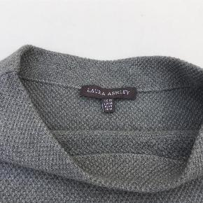 Varetype: Ny smart bluse med trekvart ærmer Farve: Lysegrå Oprindelig købspris: 1000 kr. Forsendelse med DAO Materiale: 60% bomuld, 30% nylon, 10% uld Mål under ærmer: 2 x 49 cm Fra nakke til underste kant: 54 cm Nederste omkreds: 108 cm