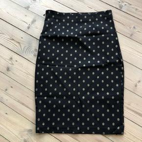 Super fin nederdel med meget stræk i stoffet, så der er behagelig at have på. Kan også passe en L.