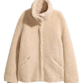 Teddy jakke fra hm.  Sælges fordi den er for stor, og for den derfor ikke brugt.
