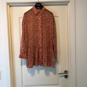 Lang skjorte, aldrig brugt BYTTER IKKE PRISEN ER FAST KØBER BETALER FRAGT