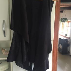 """Lækker vest i """"skind"""" super flot ud over en skjorte eller en lækker trøje. Kan bruges af både M og L . Køber betaler Porto"""