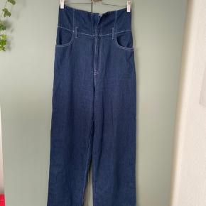 Mørkeblå jeans fra H&M trend i str 40 sælges. Har mange flotte detaljer og er højtaljet! Fremstår i god stand og har nærmest ikke været brugt