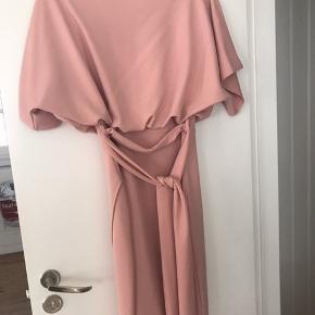 Super stilet kjole, perfekt til barnedåb og lignende. Aldrig brugt og stadig med mærke.