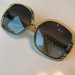 Brillerne er over 30 år gamle, det er et arvestykke, men har aldrig fået dem brugt. Der er små-ridser i dem. Bud modtages.