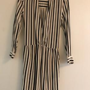 """Brugt 2 gange.   Silkekjole Passer en small  Silken er """"strukket"""" lidt på begge ærmer og ryg (se billede).  Sender for købers regning eller afhentes på Østerbro"""