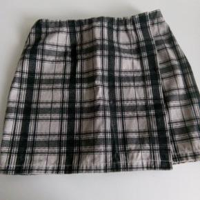 Denim nederdel  En kort ternet nederdel, str. XS, lavet af tyk denim/bomuld.