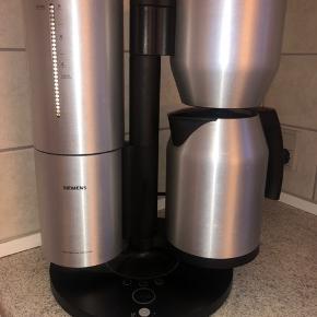 En fin kaffe maskine fra Siemens produceret i samarbejde med Porsche Design. Laver god kaffe, og er hurtig i forhold til den laver filterkaffe