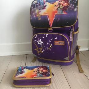 Fin skoletaske i god stand. Bytter ikke  Skoletaske og penalhus  Farve: Lilla