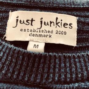 Jeg har ryddet ud i klædeskabet og fundet en masse flotte ting som sælges billigt, finder du flere ting, giver jeg gerne et godt tilbud....