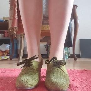 Skønne 40'er inspirerede pumps med snørebånd. Skoene er fra mærket Memery, i Århus, som specialiserer sig i at producere autentiske retro-sko fra forskellige perioder. Skoene har kun været brugt én enkelt gang og der følges indlæg med efter behov.
