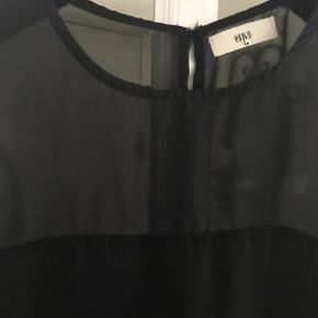 Varetype: Mini Farve: Sort  Sød sort, tynd kjole. Måler ca.82 cm. Knap i nakken, og slids i ryggen. Super sød
