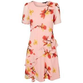 Super udsalg.... Jeg har ryddet ud i klædeskabet og fundet en masse flotte ting som sælges billigt, finder du flere ting, giver jeg gerne et godt tilbud..............  Smuk kjole - aldrig brugt Købt for lille   .. Blomstret kortærmet kjole  Rund hals  Lynlås på ryggen  Flæser på skørtet  Polyesterlag indvendig  Almindelig pasform  Længde: 95 cm i en størrelse S  Modellen er 180 cm høj og er iført en størrelse S * Brystvidden er 2 x 48 cm  Ydermateriale: 100% Polyester, For: 100% Polyester  ..