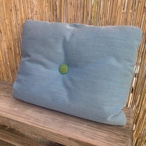 """To Hay Dot cushion pyntepude  Sælges samlet eller hver for sig  Med små mærker i stoffet. Ikke forsøgt fjernet. Fra røg og dyrefrit hjem.  Den blå er """"blødere"""" i fyldet, end den orange.  Ny pris 549,- pr. Stk. 1098 i alt.   Sælges for:  Pr. Stk. 200,-  Samlet 350,-  Ellers byd!"""