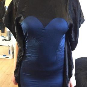 Varetype: kjole silke Farve: Mørkeblå Oprindelig købspris: 4000 kr.   NUL BYTTE. modellen er 176 cm og bruger selv en str m. skambud ignoreres. kan hentes i KBH K. sender også med dao til 39 kr. kun seriøse bud tak.byd ikke hvis du ikke mener det. jeg tager mobilepay på tlf :93 86 38 96 til camilla c. glæder mig til at høre fra jer:)