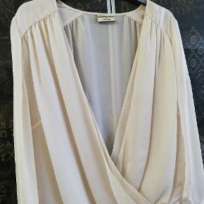Lækker skjorte i lækreste stof. Brugt 2 gange.