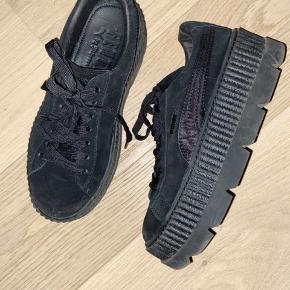 Rihanna Fenty x Puma cleated creeper sneakers i sort. Brugt få gange. Æske + dustbag medfølger  Nypris: 1.200 kr