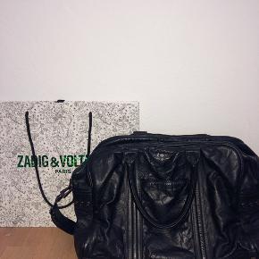 Lækker Zadig&Voltaire taske. Tasken kan rumme en 13 tommers computer samt bøger osv. Den kostede omkring 3300kr for ny, og er stort set aldrig brugt. Prisen er ikke fast, og skriv endelig for flere billeder eller andet.