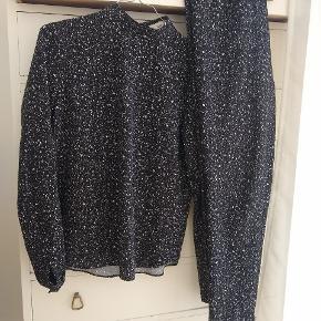 Cool sæt Buks med elastik i taljen og bluse med små knapper i nakken Sort med hvide prikker/mønster
