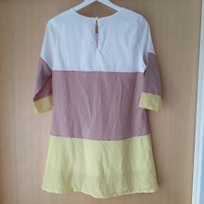 Gul, Beige og hvid kjole.