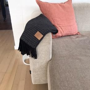 Bohemia plaid i farve Dark Grey. Mål: 120x175 cm. Lækker blød paid i bomuldsmix - kan vaskes ved 30 grader.
