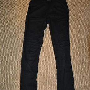 Smarte slim fit jeans fra Vero Moda med elastik i livet. Meget velholdt. Str. S/M. Bytter ikke. Se også mine øvrige annoncer. (12)