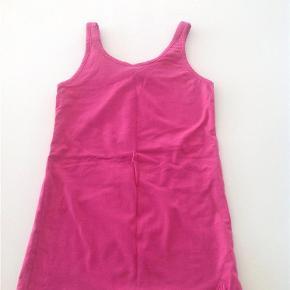 Varetype: Fin lang top Størrelse: 14 år Farve: Pink  Fin top i str. 14 år, kun brugt en gang og vasket.  Mindsteprisen er kr. 75+ Porto.  Jeg bytter ikke.