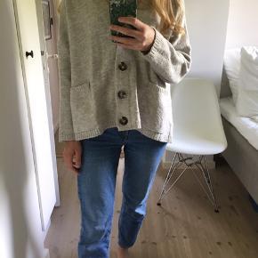 Lysegrå cardigan fra Zara.  Sælges billigt, da den er ret fnuldret.