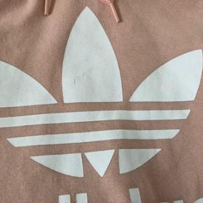 Jeg har ryddet ud i klædeskabet og fundet en masse flotte ting som sælges billigt, finder du flere ting, giver jeg gerne et godt tilbud......  * Flot super lækker blød Adidas bluse brugt 1 gang - derefter ligget i skabet. Desværre er Der små riller i det øverste af Adidas logoet - derfor den billige pris