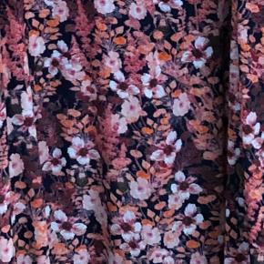 Fin blomstret kjole med flæsedetaljer ved ærmerne. Blåt for / underkjole. Brugt to gange