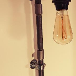 Rør lampe  1 STK 499,- 2 stk 799,-  pære medfølger  Ca 200 cm sort stof ledning.  pære: PHILIPS vintage led 250 lumen. (Normalpris 224,95,-) behageligt blødt lys.  Længde H = 54 cm.  Forsendelse er inkluderet i prisen. (Pakkeshop til pakkeshop) Aflevering i Århus-Odder-silkeborg kan arrangeres ved info i god tid ☺️