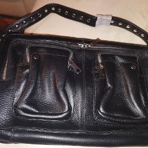 Nunoo Allimakka Deluxe taske i sort læder sælges  Købskvittering haves  Koster 1199kr ved Nunoo 750kr  Gratis fragt  Prisen er fast