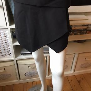 Shorts & Skort fra Zara, farve: sort, str. S ( passer til str.34-36), med 2 lommer foran, lukkes med lynlås bagpå, 53 % bomuld, 44 % polyester, 3 % elastane, L.: 29 cm., aldrig brugt