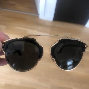 """Dior solbriller med sort glas, sort og guld stel samt """"læderlook"""" på front. Brugt ganske få gange. Etui medfølger."""