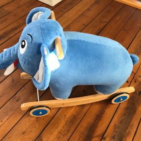 """Sælger denne udgåede Bodil Kjer gyngeelefant som er lavet af Krea i samarbejde med DR. Den er sparsomt brugt og står defor i perfekt stand. Nypris 900kr sælges for 450kr.   Bodil Kjær elefant fra filmen """"Far til fire"""" som rock & rul gyngedyr. Hjulene kan vippes op, dermed har man et gyngedyr eller hjulene kan slås ned, så barnet kan rulle derud af sammen med Bodil.  Anbefalet alder: fra 12 måneder. Mål: 70 x 48 x 25 cm.  Afhentes i Ribe."""