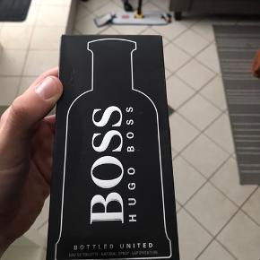 Sælger denne Hugo Boss Bottled United 200ml  Den er helt ny, kun blevet sprøjtet med en enkelt gang for at prøve den på trøjen.   Parfumen vil normalt koste omkring 650kr for 100ml, og i denne flaske får du 200 ml!!  Jeg vil sælge den for 350kr + evt. fragt, hvis man vil have den sendt.