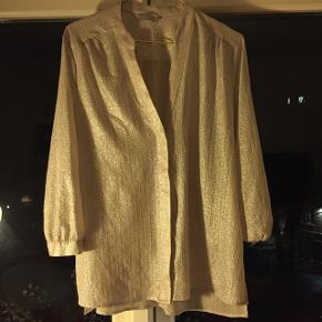 Let og elegant skjorte med et skinnende sølvmønster. Har overtaget den uden størrelse i, men mit gæt er en L eller stor M.  Kan afhentes i Århus!