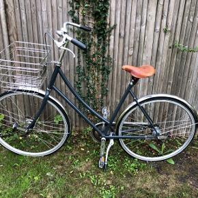Flot cykel fra cykelfabrikken, den har 2 automatiske gear. Cyklen er fra 2016 mener jeg, det er min mors gamle cykel og hun ved ikke så meget om den. Derfor gør jeg selvfølgelig heller ikke, men har i nogle spørgsmål så smid en besked, og jeg skal gøre mit bedste for at Der er få skræmmer, vil forsøge at tage nogle billeder. Cyklen skulle være håndlavet inde i København.