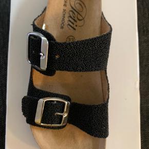 Lækre sandaler fra Petit - helt nye  Pris 549 - fin pris 150 kr plus porto   Kan hentes i fredericia eller sendes med posten
