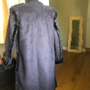 Flot sort fake fur lang jakke Med lommer Lukker med knapper Varm