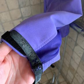 Haglöfs softshell Windbreaker jakke med hætte.  Str. S  Jakken er brugt skånsomt og i fin stand, lynlås og snore intakte. Ved det ene ærme er Velcroen slidt, fungerer stadig, men det øverste lag har delt sig. Se foto   Nypris 2400 kr.